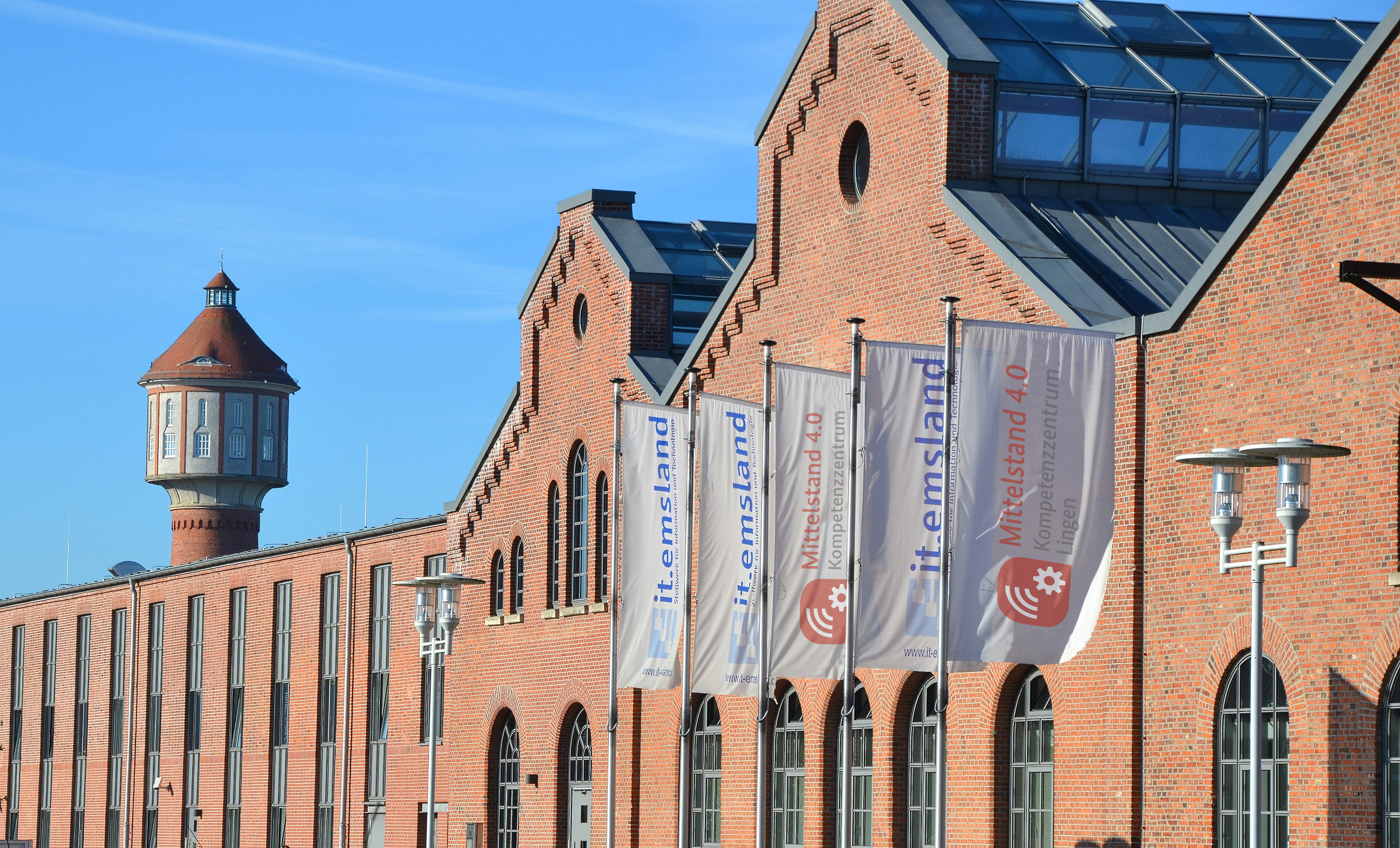 Die Totale des IT-Zentrums Lingen. Im Hintergrund ist der Wasserturm zu sehen.