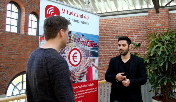 Erden Yücel mit Alexander Bose im IT-Zentrum Lingen