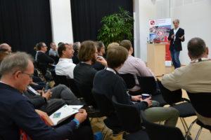 Die Teilnehmenden diskutieren mit Michael Schnaider vom Mittelstand 4.0-Kompetenzzentrum Lingen über den Wert von Daten.
