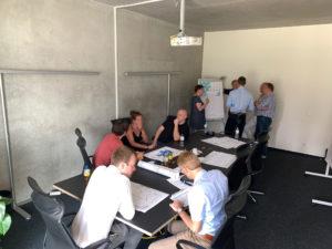 Die Teilnehmenden arbeiten in Kleingruppen zukunftsfähige Geschäftsmodelle aus.
