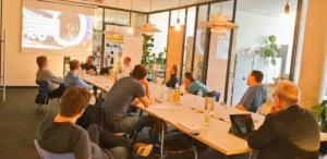 Daniel Schlemermeyer und Nicolas Limberg vom Mittelstand 4.0-Kompetenzzentrum Lingen zeigen Beispiele für Datengetriebene Geschäftsmodelle.