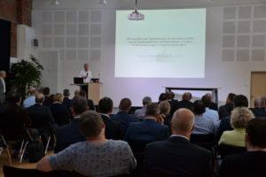 Stefan Muhle, Staatssekretär im Niedersächsischen Ministerium für Wirtschaft, Arbeit, Verkehr und Digitalisierung begrüßt die Teilnehmenden des cim::business Day.