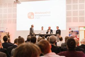 Gerrit Terfehr, Thomas Hüser und Felix Hinnüber sprachen in der Podiumsdiskussion mit Michael Schnaider (links) über ihre persönlichen Erfahrungen mit dem Kompetenzzentrum.