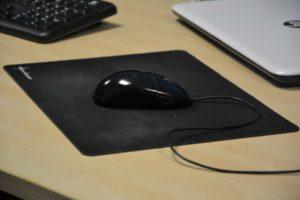 Eine Computer-Mouse auf dem Schreibtisch